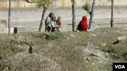 Warga desa di Kashmir melewati kuburan massal tempat ditemukannya jenazah-jenazah tanpa identitas di kota Bimyar, 96 kilometer sebelah barat Srinagar, Kashmir-India.