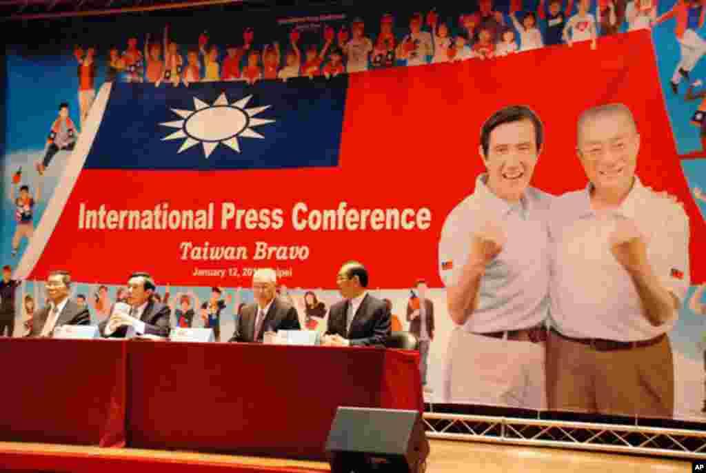 國民黨總統候選人馬英九(左二)主持國際記者會