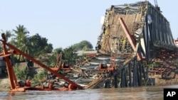 Jembatan Yadanatheinga yang sedang dalam pembangunaan saat terjadinya gempa, nampak ambruk di sungai Irrawaddy, Burma (12/11). Korban gempa dilaporkan meningkat hingga 26 orang hingga hari ini.
