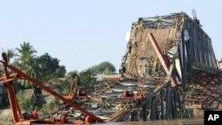 Cầu Yadanatheinga đang được xây dựng sụp đổ xuống sông Irrawaddy sau trận động đất ngày 12/11/2012.