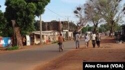 Dans les rues de Koutiala, au Mali, le 8 février 2017. (VOA/Alou Cissé)