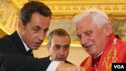 Presiden Perancis Nicolas Sarkozy bertukar hadiah dengan Paus Benediktus XVI dalam kunjungan ke Vatikan kemarin, 8 Oktober 2010.