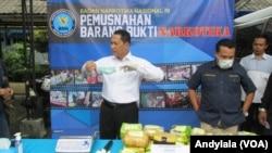 Kepala Badan Narkotika Nasional Komjen Budi Waseso (kiri) di kompleks kantor BNN Jakarta (31/8). (VOA/Andylala Waluyo)
