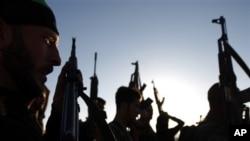 무장한 채 기지를 지키고 있는 시리아 반군. (자료사진)