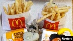 """Dos Happy Meals de McDonald's con relojes de juguete diseñados con los personajes Asno y el Gato con Botas de la película """"Shrek Forever After"""" se muestran en Los Ángeles."""