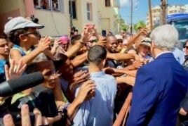 Ngoại trưởng Hoa Kỳ John Kerry trò chuyện và bắt tay với người dân Cuba đứng trên phố ở La Habana, Cuba, 14/8/2015.
