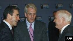 Слева направо: генеральный секретарь НАТО Андерс Фог Расмуссен, посол США в НАТО Иво Даалдер и министр обороны США Роберт Гейтс. Архивное фото.