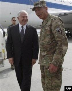 Geyts AQShning Afg'onistondagi qo'mondoni, general Deyvid Petreus bilan