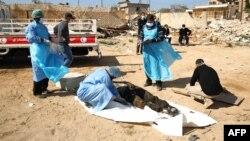 'Yan kungiyar agajin Red Crescent ta Libya suka tono gawarwakin