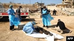 29일 리비아 동부 벵가지에서 최소 36구의 시신이 발견됐다. 리비아 적신월 직원들이 지난 2월 발견된 대량학살 현장의 시신을 수습하고 있다.