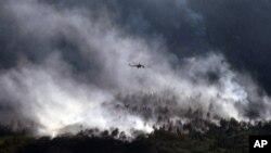 一架直升機飛過沃爾多大峽谷。山火繼續蔓延。這是星期的火勢情況