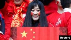 Một nữ cổ động viên Trung Quốc.