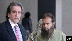 ARSIP - Shafi Khan (kanan) dan Zarine Khan, orang tua Mohammed Hamzah Khan, berjumpa dengan pengacara keluarga, Thomas Dirkin (kiri) sebelum sidang dengar penahanan Hamzah Khan di pengadilan federal Chicago, 9 Oktober 2014 (foto: AP Photo/Charles Rex Arbogast)