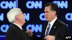 Nyut Gingrich (chapda) va Mitt Romni teledebat paytida