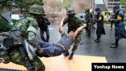 20일 을지 프리덤가디언 연습의 하나인 대테러 종합훈련 중인 군인들.