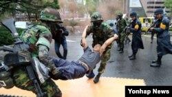 지난 2012년 8월 을지 프리덤가디언 훈련 중 하나인 대테러 종합훈련 중인 군인들. (자료사진)