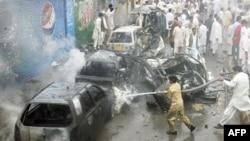 Vatrogasci pokušavaju da ugase požar nakon samoubilačkog bombaškog napada u Kveti, 31. avgust 2011.