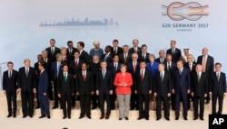 7일 독일 함부르크 주요20개국(G20) 정상회의 개막 행사에서 참가 정상들이 기념사진을 찍고있다. 앞줄 왼쪽부터 에마뉘엘 마크롱 프랑스 대통령과 도널드 트럼프 미국 대통령, 가운데 붉은 옷이 개최국 독일의 앙겔라 마르켈 총리, 이어서 시진핑 중국 국가주석과 블라디미르 푸틴 러시아 대통령, 레제프 타이이프 에르도안 터키 대통령, 맨 오른쪽은 한국의 문재인 대통령.