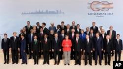 7일 독일 함부르크 주요20개국(G20) 정상회의 개막 행사에서 참가 정상들이 기념사진을 찍고있다. 앞줄 왼쪽부터 에마뉘엘 마크롱 프랑스 대통령과 도널드 트럼프 미국 대통령, 가운데 붉은 옷이 개최국 독일의 앙겔라 마르켈 총리, 이어서 시진핑 중국 국가주석과 블라디미르 푸틴 러시아 대통령, 레제프 타이이프 에르도안 터키 대통령, 미셰우 테메르 브라질 대통령, 문재인 한국 대통령.