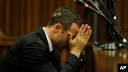 Oscar Pistorius luce cansado durante el tercer día de juicio en una corte en Pretoria, Sudáfrica.