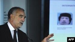 Công tố viên Tòa án Hình sự Quốc tế Luis Moreno-Ocampo trong cuộc họp báo tại La Haye, Hà Lan, ngày 28 tháng 6 năm 2011
