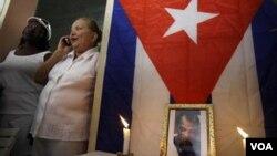 La Dama de Blanco Laura Pollán rinde tributo a la memoria de Orlando Zapata en su casa en La Habana.