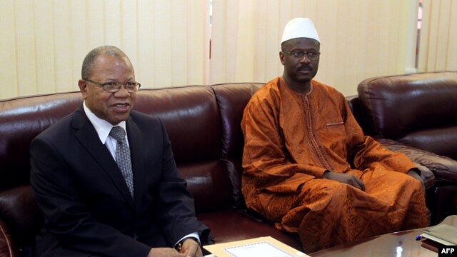 Mali's first post-war prime minister Oumar Tatam Ly (R) takes over on September 6, 2013 from interim Prime Minister Diango Cissoko (L) at a ceremony in Bamako.