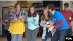 미국 버지니아 주 리치몬드에 위치한 'RVA 웃음 클럽'에서 수강생들이 웃음요가를 하고 있다.