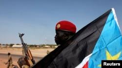 Seorang tentara Sudan Selatan siaga di sebuah truk militer di kota Bentiu, negara bagian Unity (12/1).