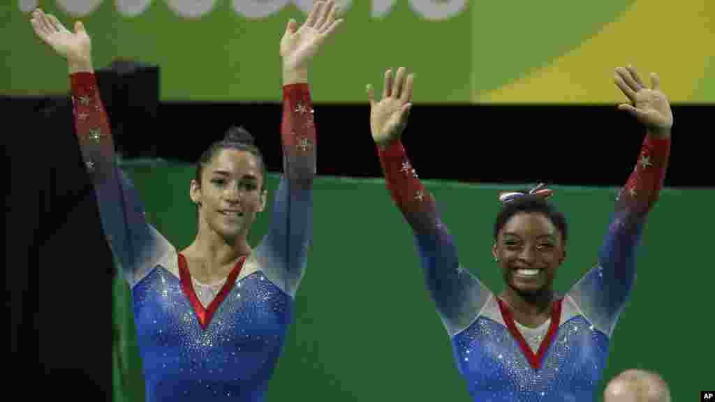 Simone Biles remporte la médaille d'or devant sa compatriote Aly Raisman, médaille argent, à Rio de Janeiro, le 16 août 2016.