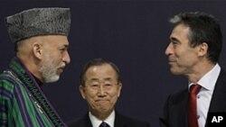 악수를 나누는 아프가니스탄 하미드 카르자이(좌) 대통령과 나토 안데르스 포그 라스무센(우) 사무총장
