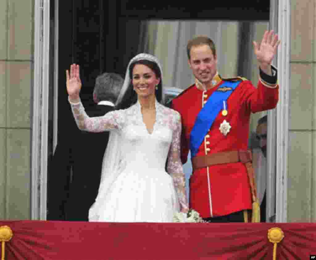 Британскиот принц Вилијам и сопругата Кејт отпоздравуваат од Бакингамската палата по кралската венчавка во Лондон на 29-ти април 2011-та. (AP Photo/Matt Dunham)