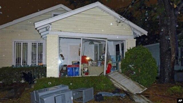 Sebuah rumah di wilayah Mobile, Alabama, nampak hancur dilanda tornado saat Natal, Selasa (25/12). Angin topan melanda Alabama, Louisiana, Mississippi dan Texas, merusak atau menghancurkan sejumlah rumah dan menyebabkan puluhan ribu warga di daerah itu tanpa aliran listrik.