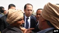 Le Premier ministre tunisien Youssef Chahed s'entretient avec quelques personnes à son arrivée dans la ville de Tataouine, 27 avril 2017.