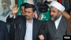 Como una muestra de aprecio, Nasrallah entregó al presidente iraní un fusil que la resistencia de Hezbollah habían decomisaron a las fuerzas militares israelíes.