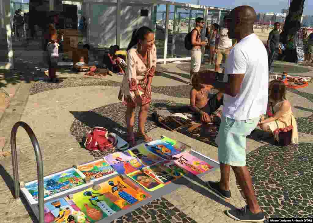 Fazendo compras na praia de Copacabana, Rio de Janeiro, Brasil