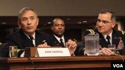 해리 해리스 미 태평양사령관(왼쪽)이 23일 상원 군사위원회 청문회에서 증언하고 있다. 오른쪽은 커티스 스캐퍼로티 주한미군사령관. 사진 = 이지현 VOA 인턴기자.