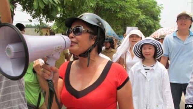 Chị Bùi Thị Minh Hằng trong một cuộc tuần hành chống Trung Quốc ngày 17/7/2011 tại Hà Nội