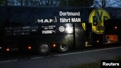 Chiếc xe buýt chở đội bóng ở thành phố Dortmund bị đánh bom hôm 11/4/2017.