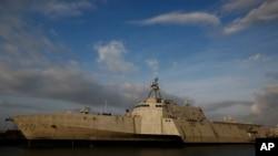 美國近海戰艦吉福茲號(USS Gabrielle Giffords)20日航行到美濟礁12海里內。