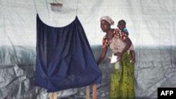 Một cư dân thị trấn Klay, ngoại ô thủ đô Monrovia, Liberia, bỏ phiếu bầu tổng thống