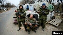 Pro-ruski separatisti sa slikom Staljina na kontrolnom punktu u Donjecku, 18. novembar 2014.