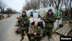Donetsk'de bir kontrol noktasında Stalin'in resmiyle poz veren Rusya yanlısı ayrılıkçılar