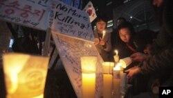 지난 3월 서울의 중국대사관 앞에서 탈북자 강제 북송 중단을 요구하며 열린 촛불 집회. (자료사진)