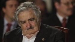 Mujica viaja sorpresivamente a Caracas para reunirse con Chávez tras las declaraciones que cayeron muy mal en Venezuela.