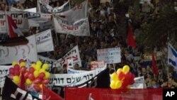 ປະຊາຊົນອີສຣາແອນຫລາຍແສນຄົນທໍາການປະທ້ວງຄ່າຄອງຊີບສູງ ໃນໃຈກາງກຸງ Tel Aviv, ວັນທີ 6 ສິງຫາ, 2011.