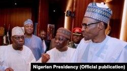 Shugaban Najeriya, Muhammadu Buhari da tsoffin shugabannin Najeriya, ciki har da Cif Olusegun Obasanjo (Hagu)