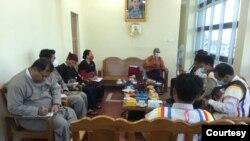 ရွမ္းျပည္နယ္ ေတာင္ႀကီးၿမိဳ႕ရွိ အမ်ိဳးသားဒီမိုကေရစီအဖြဲ႕ခ်ဳပ္ျပည္နယ္႐ုံးမွာ ေဒါက္တာေအာင္မုိးညိဳ ဦးေဆာင္တဲ့ NLD ကိုယ္စားလွယ္အဖဲြ႔နဲ႔ ကယန္းအမ်ိဳးသားပါတီ(KNP) တို႔ ေတြ႔ဆံုေဆြးေႏြးေနတဲ့ ျမင္ကြင္း။ (ဓာတ္ပံု - National League for Democracy - Shan State - ဇန္နဝါရီ ၁၄၊ ၂၀၂၁)