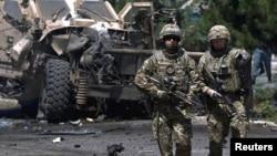 지난해 6월 아프가니스탄 카불에서 나토 군이 자살폭탄테러 현장을 수색하고 있다. (자료사진)