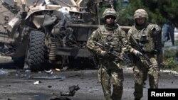 Binh sĩ NATO tại hiện trường vụ tấn công tự sát ở Kabul, Afghanistan hôm 30/6/2015.